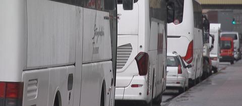 Stoßstange an Stoßstange: geparkte Reisebusse unweit des Frankfurter Hauptbahnhofs