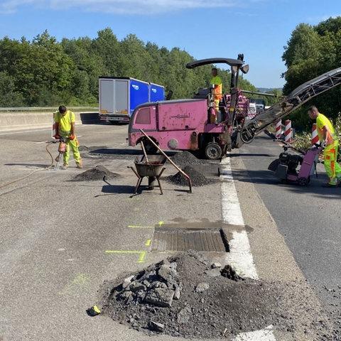 Nach dem Kran-Unfall auf der A7 wird die Fahrbahn repariert.