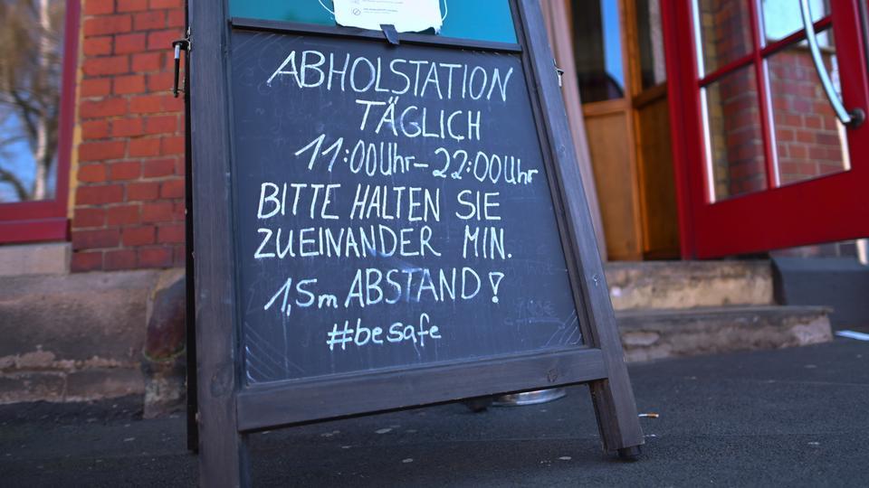 Ein Schild vor einem Restaurant in Kassel weist darauf hin, dass Gerichte abgeholt werden können.