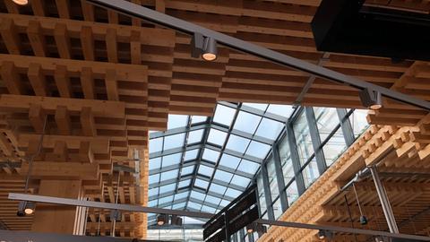 Blick auf die Holzdecke des Rewe Wiesbaden