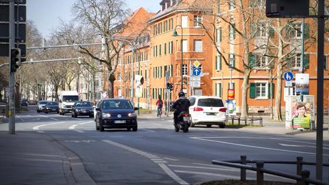 Der Rhönring in Darmstadt mit einigen Autos