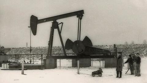 Familie im Winter vor der Ölförderpumpe in Stockstadt - Bild aus den 60er Jahren
