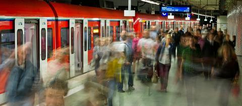 Viele Menschen verlassen eine gerade eingefahrene S-Bahn im unteren Teil des Hauptbahnhofs in Frankfurt