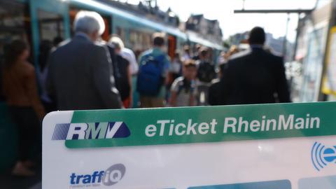 Fahrgäste steigen in eine U-Bahn ein