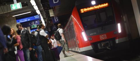 Eine S-Bahn-Zug fährt im Tiefbahnhof des Frankfurter Hauptbahnhofs ein.