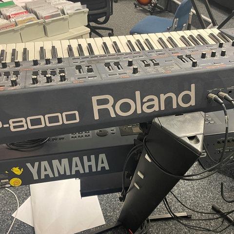 Zwei Keyboards sind übereinander auf Stativen montiert - zu sehen ist der Schriftzug von Keyboard-Hersteller Roland und darunter eines von Yamaha.