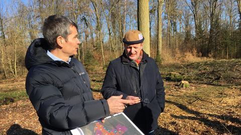 Claus Rosenstein (links) erläutert die Maßnahmen der Deges