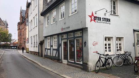 Straße mit Fachwerkhäusern und dem Buchladen Roter Stern in Marburg
