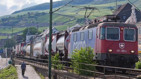 Ein Güterzug fährt durch Rüdesheim am Rhein