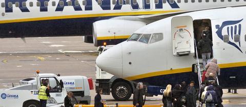 Ryanair-Flugzeug mit eigener Treppe an der vorderen Tür