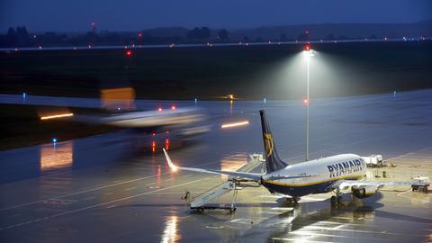 Passagiere betreten Ryanair-Flieger in Frankfurt