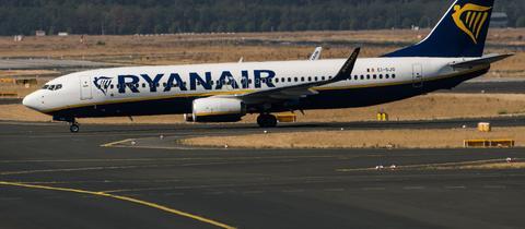 Ein Flugzeug der Airline Ryanair rollt zum Vorfeld des Flughafens Frankfurt.
