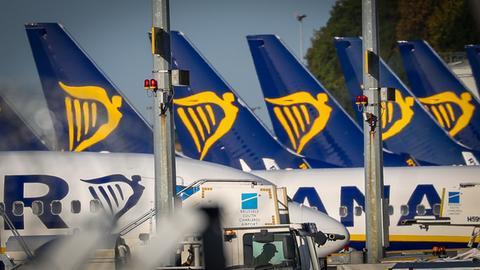 Ryanair-Flugzeuge stehen in Reihe