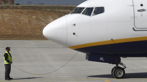 Ryanair-Flugzeug auf Flughafen-Vorfeld