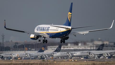 Die erste Ryanair-Maschine landet in Frankfurt.