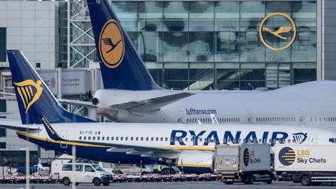 Ryanair-Flieger neben einer Lufthansa-Maschine
