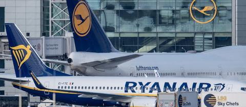 Flugzeuge von Ryanair und Lufthansa am Boden