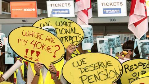 Mitarbeiter der Fluglinie Ryanair protestieren am Frankfurter Flughafen