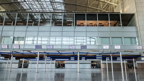 Leere Check-in Schalter der Fluggesellschaft Ryanair