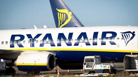 Eine Ryanair-Maschine parkt.
