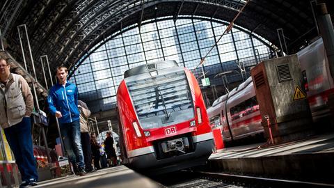 S-Bahn der Baureihe ET 430 steht im Hauptbahnhof Frankfurt