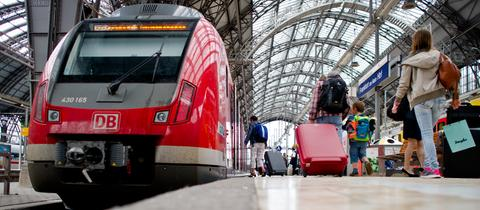 Reisende steigen am Hauptbahnhof in Frankfurt in eine S-Bahn mit Ziel Wiesbaden