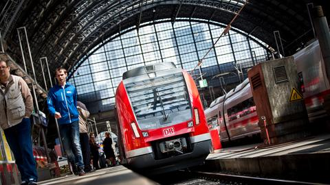 Eine S-Bahn  steht  in Frankfurt im Hauptbahnhof.