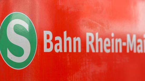 """S-Bahn-Wagen mit Aufschrift """"S-Bahn Rhein-Main"""""""