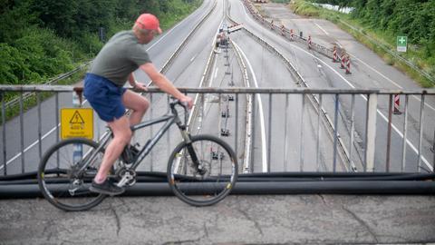 Ein Radfahrer blickt auf die Salzbachtalbrücke.