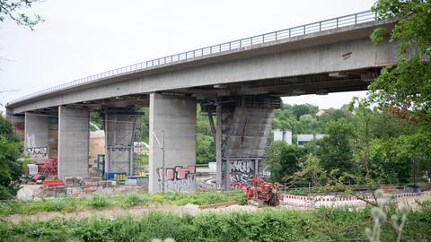 Die Autobahnbrücke ist leer.