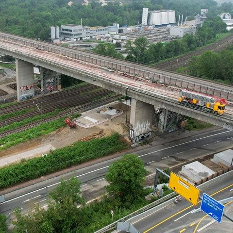 Luftaufnahme der Salzbachtalbrücke. Bis auf einen Lkw, der Brückenschäden kontrolliert, ist weit und breit kein Fahrzeug zu sehen.