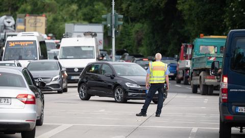 Ein Verkehrspolizist regelt den stockenden Verkehr an einem Zubringer zur A66 in Wiesbaden