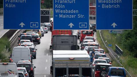 Stau auf der A66 aufgrund der gesperrten Salzbachtalbrücke bei Wiesbaden