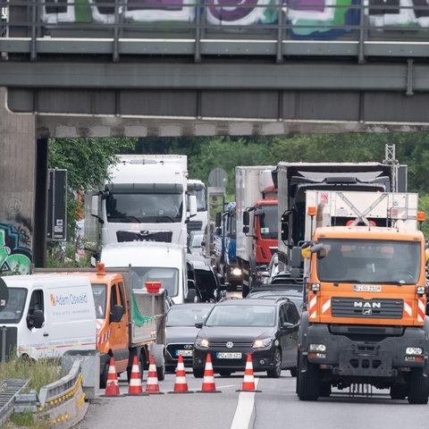 Autos fahren vor dem gesperrten Bereich an der Salzbachtalbrücke auf die Umleitung