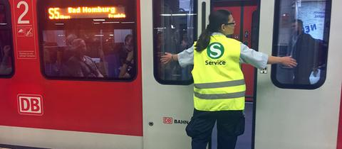 S-Bahn-Lotsin in Frankfurt