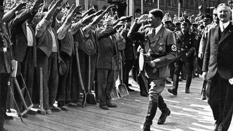 Berlin, 3. Mai 1934: Reichskanzler Adolf Hitler und Reichsbankpräsident Hjalmar Schacht (ganz rechts) bei der Grundsteinlegung für den Erweiterungsbau der Reichsbank
