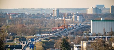 Die Schiersteiner Brücke verbindet die Landeshauptstädte Wiesbaden und Mainz (hier im Hintergrund).