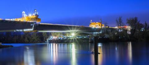 Das letzte Brücken-Teilstück wurde nachts eingepasst.