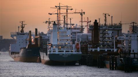 Leere Containerschiffe im Hafen von Hamburg: Anleger von Schiffsfonds haben auf dem grauen Kapitalmarkt viel Geld verloren.