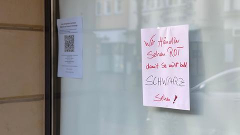 Schaufenster-Schild von Einzelhändler mit Protest gegen den Corona-Lockdown
