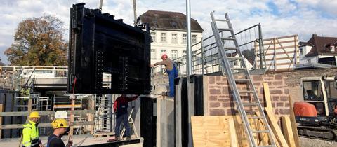 Die neuen Schleusentore werden am Hafen von Bad Karlshafen installiert.