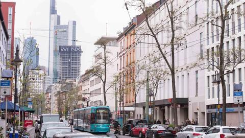 Eine Straßenbahn fährt durch die zugeparkte Schweizer Straße in Frankfurt