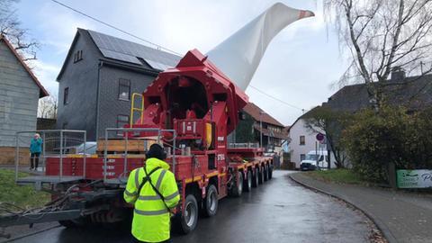 Ein 60 Meter langer Windradflügel beim Transport durch enge Straßen in Grävenwiesbach-Heinzenberg