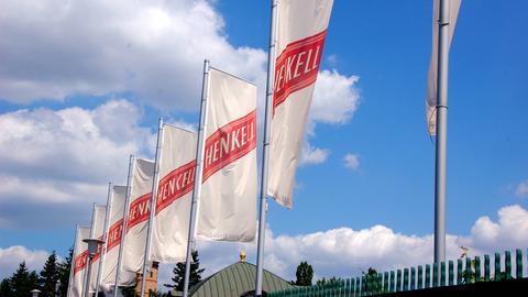 Henkell-Flaggen vor Sektkellerei in Wiesbaden