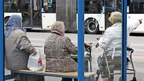 Senioren an Haltestelle