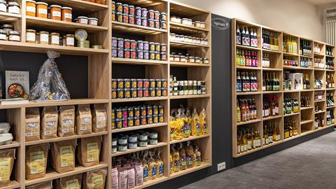 Ein Regal mit regional erzeugten Lebensmitteln im Fuldaer Regiopoint-Laden