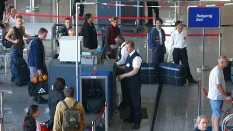 Gepäckkontrolle in der Abflughalle des Flughafen Frankfurt