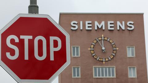 Siemens-Gebäude in Erlangen mit Stoppschild