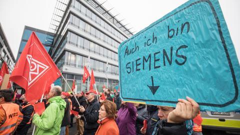 Siemens-Mitarbeiter in Offenbach protestieren im November 2017 gegen den Stellenabbau.