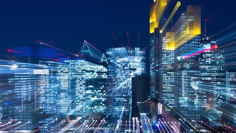 Blick auf die Frankfurter Skyline bei Nacht mit Zoomeffekt.